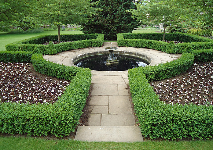 Box parterre with pool and fountain