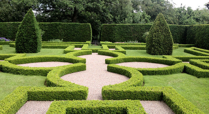 Box parterre looking towards the centre